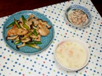 2/13 夕食 めかじきとアスパラ・しめじの塩麹炒め、こんにゃくの白和え、あさりのチャウダー