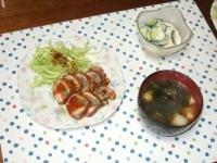 2/19 夕食 鶏の野菜ロール、きゅうりとホタテ(缶)のサラダ、長ネギとわかめの味噌汁