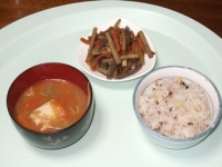 3/1 朝食 きんぴらごぼう、前夜のの味噌汁、雑穀ご飯