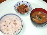 3/1 昼食 豚肉と干しえのきのしぐれ煮、前夜の具だくさん味噌汁、雑穀ご飯