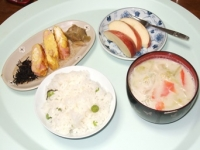 3/14 朝食 ハム入り玉子焼き、アミの佃煮、ザーサイ、野菜のミルク味噌汁、雑穀ご飯、りんご