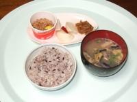 3/14 昼食 納豆、なめたけ、大根漬物、雑穀ご飯、ナスの味噌汁