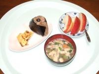 3/17 朝食 雑穀おにぎり、チーズ入り玉子焼き、豚汁(フリーズドライ)、りんご
