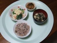 3/24 昼食 もずく納豆、ブロッコリーとカニかまのサラダ、具だくさん味噌汁、雑穀ご飯