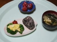 3/30 おにぎり、炒り卵がけブロッコリー、イチゴ、味噌汁