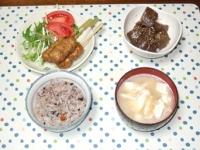 4/10 夕食 鶏のつくね串、こんにゃくのピリ辛炒め、豆腐と油揚げの味噌汁、雑穀ご飯