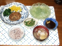 4/11 夕食 豆腐ひじきハンバーグ、インゲンの辛子胡麻和え、刺身こんにゃく、アサリの味噌汁、雑穀ご飯