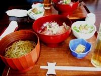 4/12 昼食 神戸牛の炙り丼、汁そば(冷)、大根と水菜のサラダ、ふぐの皮のにこごり 表参道の店にて