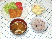 4/15 夕食 フライドチキン 玉子ポテトサラダ、インスタントみそ汁、雑穀ご飯