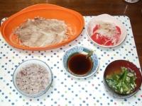 4/16 夕食 豚ともやしのレンジ蒸し、トマトと玉ねぎのサラダ、ニラ玉味噌汁、雑穀ご飯