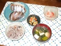 4/17 夕食 さんまのスモークと鯵の刺身、サーモンマリネ、野菜豆、豆腐とわかめの味噌汁、雑穀ご飯