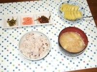 5/8 朝食 鮭フレーク、松前漬、明太高菜、じゃが玉味噌汁、雑穀ご飯、キウイ