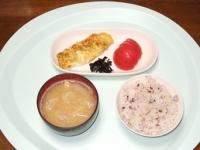 5/8 昼食 玉子焼き、葉唐昆布、トマト、じゃが玉味噌汁、雑穀ご飯