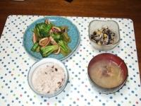 5/8 夕食 イカとブロッコリーのオイスター炒め、ひじきと新玉ねぎのサラダ、アサリの味噌汁、雑穀ご飯