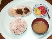 5/9 朝食 松前づけ、キュウリのキューちゃん、焼きたらこ、あさりの味噌汁、雑穀ご飯、キウイ&いちご