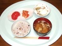 5/9 昼食 半熟卵入り納豆、トマト、キムチ、インスタントみそ汁、雑穀ご飯