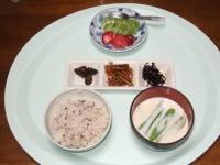 5/12 朝食 しそ昆布、きんぴらワカメ、きゅうり漬、ミルク味噌汁、雑穀ごはん、イチゴ&キウイ