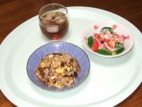 5/22 昼食 チャーハン、トマトとブロッコリーのサラダ