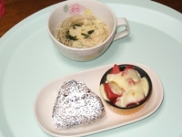 5/26 昼食 雑穀おにぎり(あさり佃煮)、トマトのチーズ焼き、玉子スープ