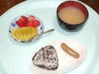 5/27 朝食 雑穀おにぎり(鮭)、ウインナー、キウイ&イチゴ、豆腐の味噌汁