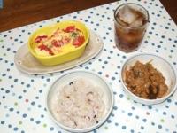 5/28 昼食 納豆、トマトとブロッコリーのキッシュ風、雑穀ご飯