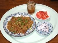 6/10 昼食 焼きそば、ミニおにぎり、トマト、麦茶