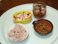 6/11 昼食 高菜入り納豆、トマトとなすのチーズ焼き、麦茶、雑穀ご飯
