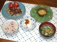 6/11 夕食 牛の一口ステーキ、冷奴、刺身こんにゃく、ニラ玉味噌汁、雑穀ご飯