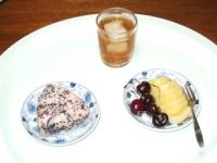 6/17 朝食 雑穀おにぎり(鮭)、キウイ&アメリカンチェリー、麦茶