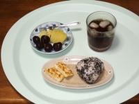 6/18 朝食 雑穀おにぎり、玉子焼き、キウイ&アメリカンチェリー、麦茶
