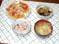 6/18 夕食 豚と豆腐のトマト炒め、揚げナスの煮びたし、キャベツと油揚げの味噌汁、雑穀ご飯