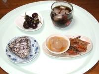 6/22 朝食 雑穀おにぎり、きんぴらごぼう、玉こんにゃく、アメリカンチェリー、麦茶