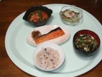 6/22 夕食 鮭のハラス、ごぼうサラダ、インゲンとベーコンのトマト煮、長ネギの味噌汁、雑穀ご飯