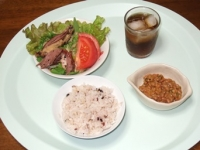 6/23 昼食 納豆、合鴨スモークのサラダ、雑穀ご飯、麦茶