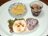 6/24 朝食 雑穀おにぎり、目玉焼き、キウイ、麦茶
