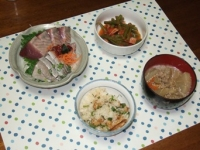 6/24 夕食 鰹といわしの刺身、インゲンとベーコンのトマト煮、豚汁、大葉と油揚げのご飯