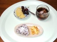 6/25 朝食 雑穀おにぎり、玉子焼き、キウイ&アメリカンチェリー、麦茶