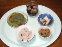 6/25 昼食 納豆、刺身こんにゃく、大根の浅漬け、雑穀ご飯、麦茶