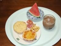 6/29 朝食 ライ麦ロールパン、ベーコン、スクランブルエッグ、スイカ、アイスカフェオレ