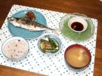 6/29 夕食 鯵の塩焼き、刺身こんにゃく、ピリ辛キュウリ、シメジと豆腐の味噌汁、雑穀ご飯