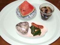 6/30 朝食 雑穀おにぎり、ウィンナー、ピリ辛きゅうり、スイカ、麦茶