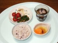6/30 昼食 生卵、ピリ辛きゅうり、大根漬け、ミニトマト、雑穀ご飯、麦茶