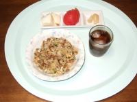 7/1 昼食 納豆チャーハン、らっきょう、トマト、大根漬け、麦茶