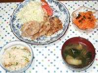 7/1 夕食 豚の塩麹焼き、人参サラダ、ネギとわかめの味噌汁、雑穀ご飯