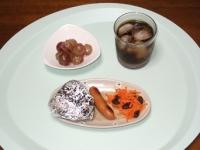 7/2 朝食 雑穀おにぎり、ウィンナー、人参サラダ、巨峰、麦茶