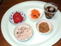 7/2 昼食 納豆、人参サラダ、トマト、雑穀ご飯、麦茶