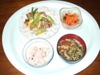 7/2 夕食 小松菜と豚肉の玉子炒め、人参サラダ、油揚げの味噌汁、雑穀ご飯