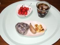 7/5 朝食 雑穀おにぎり、フランクソーセージ、玉子焼き、さくらんぼ、麦茶