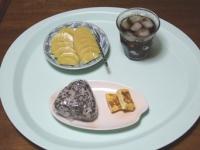 7/7 朝食 雑穀おにぎり、玉子焼き、キウイ、麦茶、コーヒー