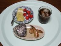 7/9 朝食 雑穀おにぎり、フランクソーセージ、キウイ、さくらんぼ、麦茶